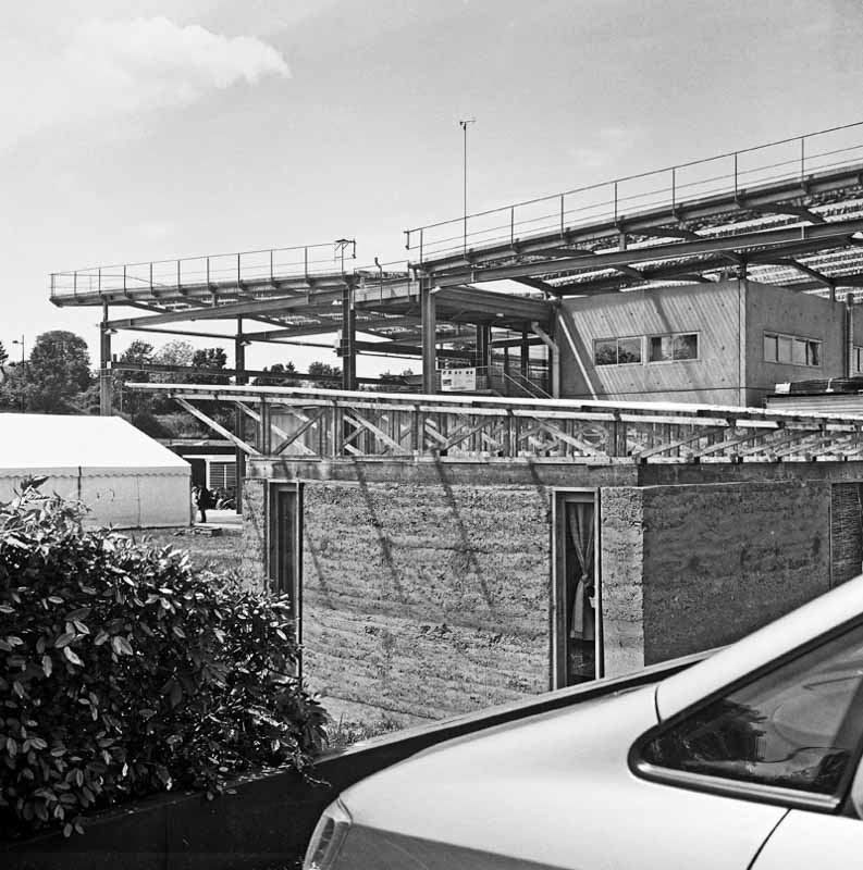 Les Grands Ateliers à Villefontaine; batiment pilote en pisé au centre de l'image.