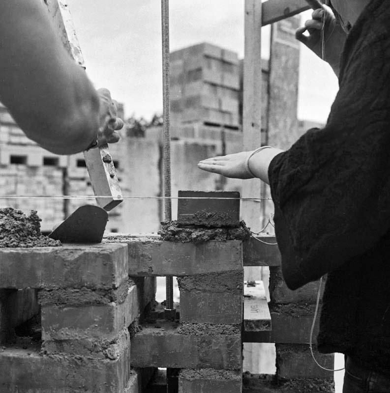 Construction d'un mur d'adobe : briques de terres crues moulées, séchées au soleil